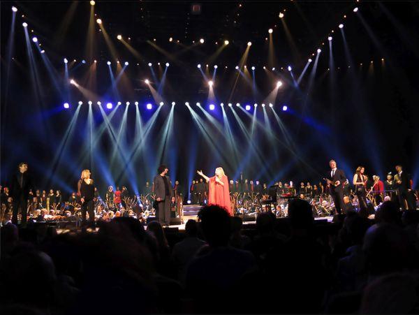 firechoir-with-barbra-in-concert-enlarged-smartblur78ff134f-b23c-2cd6-2964-83f1e9b2f972FDCE0724-D715-0308-000A-EE134A4872FF.jpg